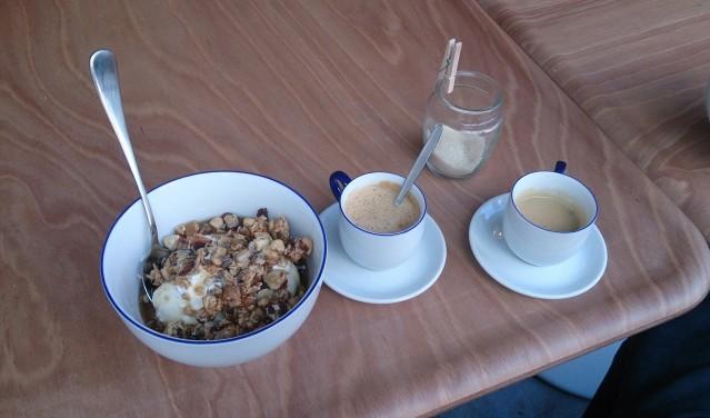breakfast granola greek yogurt